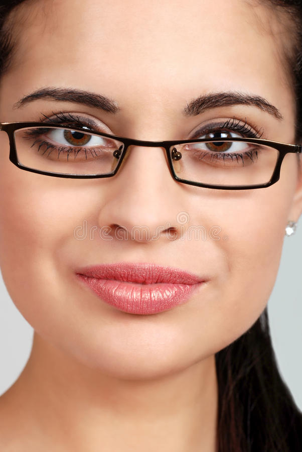 Headshot tragende Gläser der spanischen Frau lizenzfreie stockfotos