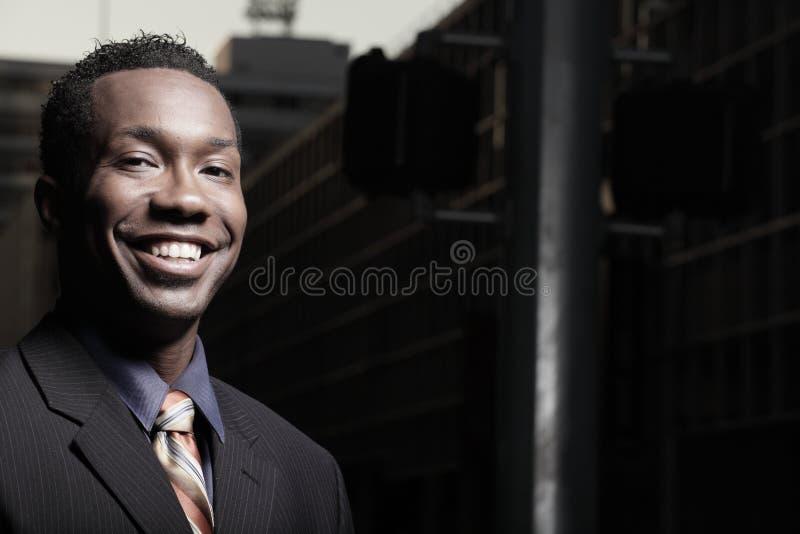 Headshot van een glimlachende zakenman stock afbeeldingen