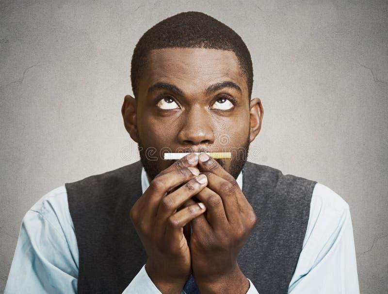 Headshot van een jonge bedrijfsmensenholding, het ruiken, die naar ci hunkeren stock foto's