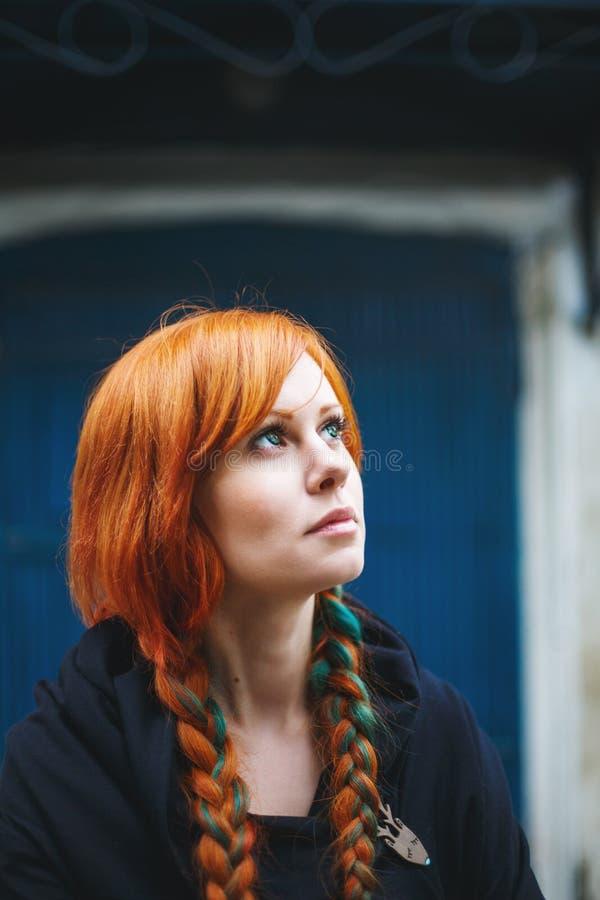 Headshot van het leuke jonge vrouw dromen royalty-vrije stock foto's
