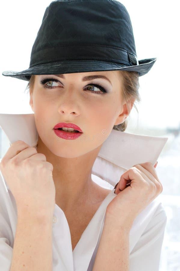 Headshot van jonge bedrijfsvrouw die man overhemd en hoed dragen royalty-vrije stock fotografie