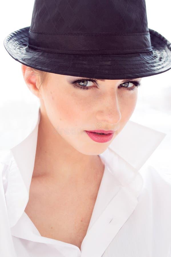 Headshot van jonge bedrijfsvrouw die man overhemd, hoed in bureau dragen stock fotografie