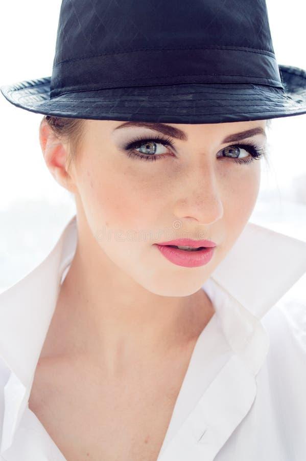 Headshot van jonge bedrijfsvrouw die man overhemd, hoed dragen royalty-vrije stock foto