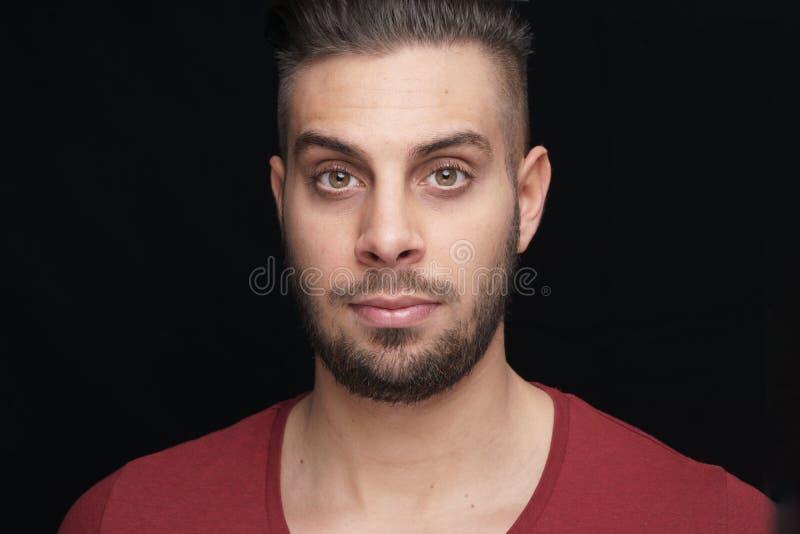 Headshotfoto av en sportive ung man royaltyfria bilder