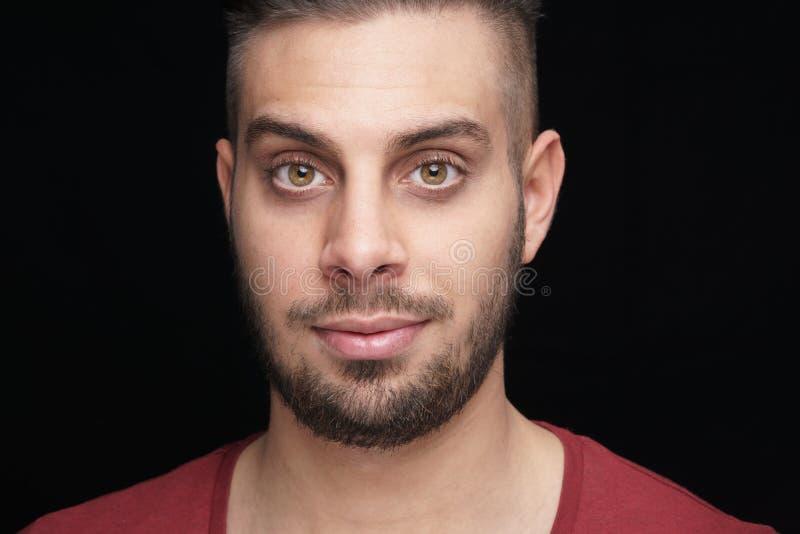 Headshotfoto med litet leende arkivbild