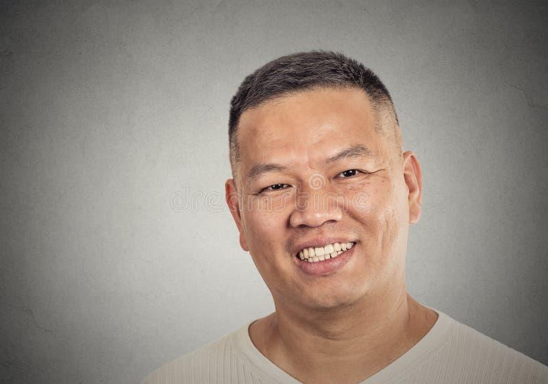Headshotporträt der Mitte alterte das glückliche Lächeln des Mannes stockfotos