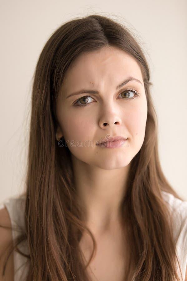 Headshotporträt der skeptischen jungen Frau stockfotos