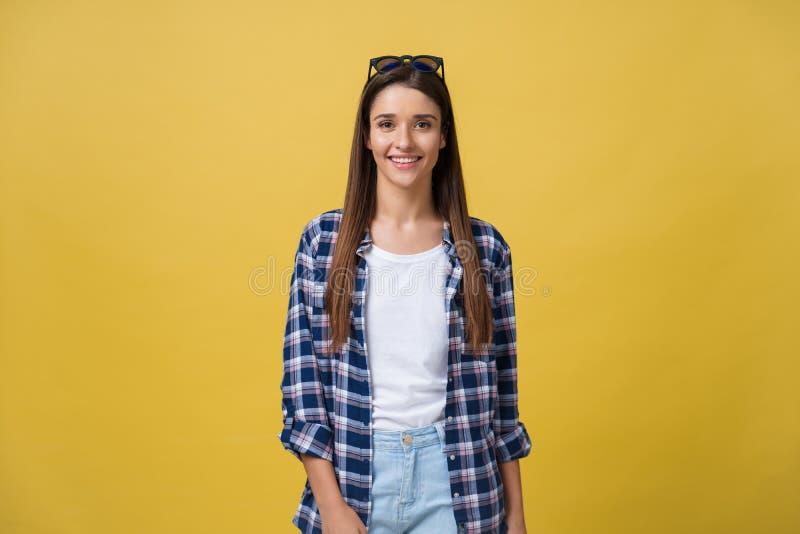 Headshotportret van gelukkig meisje met sproeten glimlachen die camera bekijken Geïsoleerd over gele achtergrond stock foto