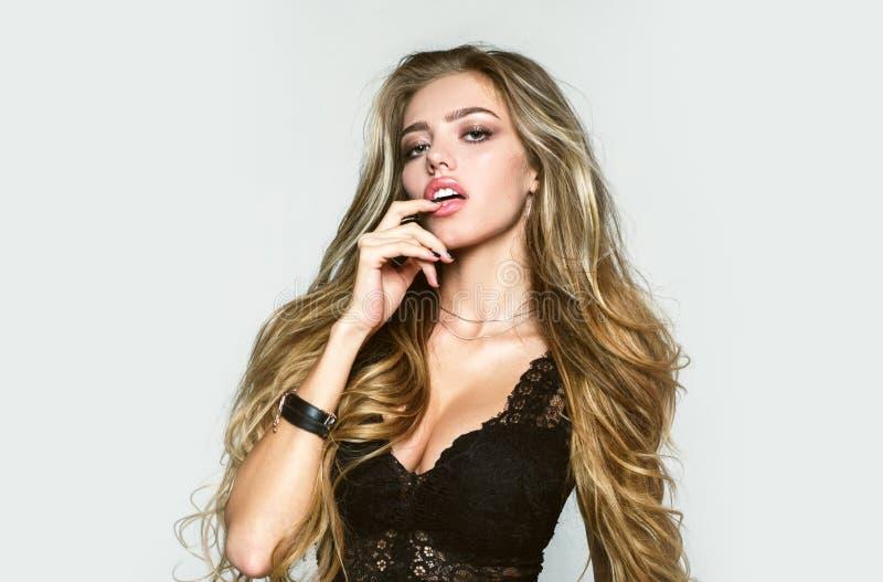 Headshotportret van het jonge, sexy en mooie mannequin stellen in lingerie Aantrekkelijk blond meisje in erotisch royalty-vrije stock foto's