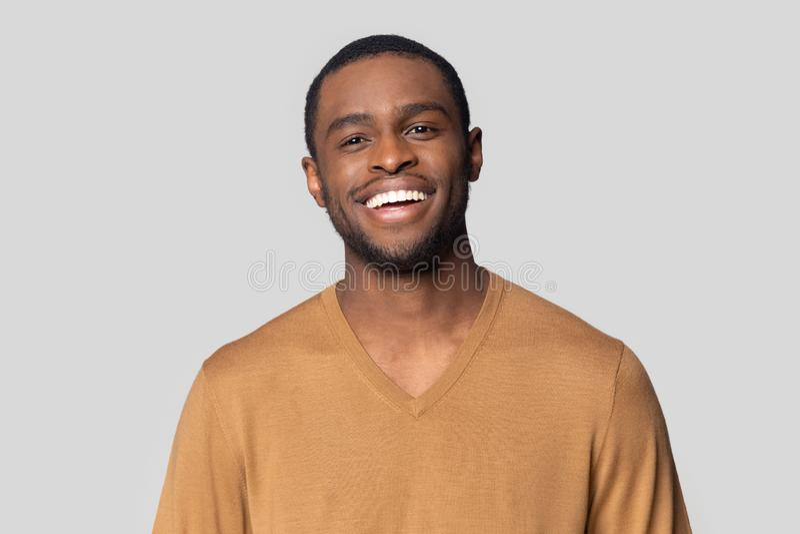 Headshotportret van het zwarte mens stellen in studio stock fotografie