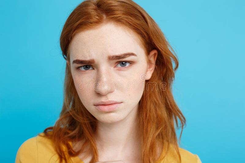Headshotportret van tedere roodharigetiener die met ernstige uitdrukking camera bekijken Kaukasisch vrouwenmodel met royalty-vrije stock afbeeldingen