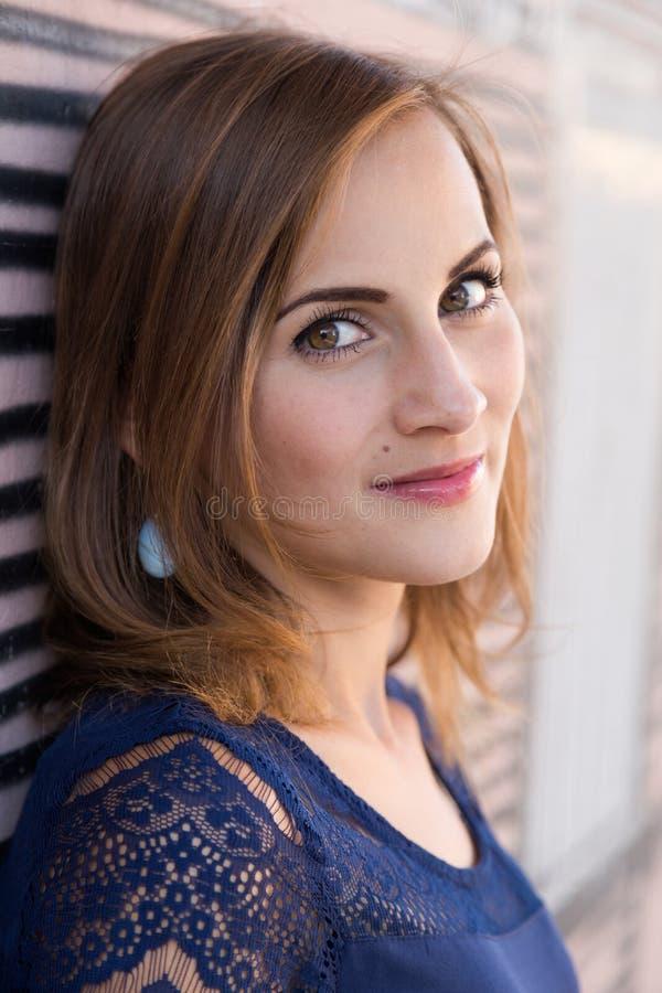Headshotportret van vrij jong meisje royalty-vrije stock fotografie
