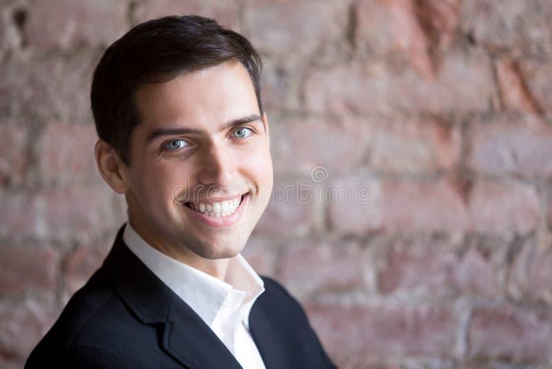 Headshotportret van zekere succesvolle gelukkige zakenman stock foto's