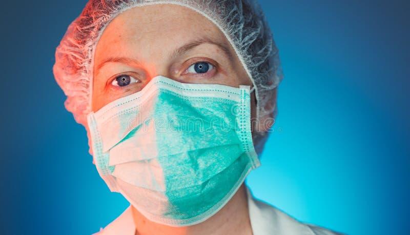 Headshotstående av den kvinnliga sjukvården som är yrkesmässig i likformig fotografering för bildbyråer