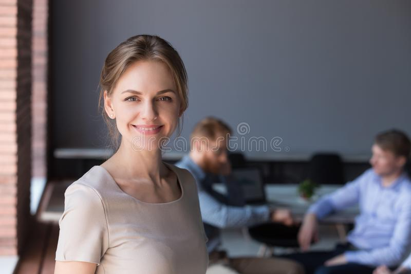 Headshotstående av den lyckliga lyckade kvinnliga professionelln på av arkivbilder