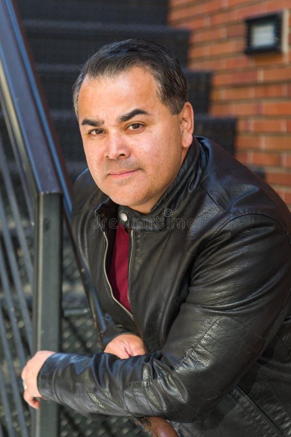 Headshotstående av den stiliga latinamerikanska mannen royaltyfri bild