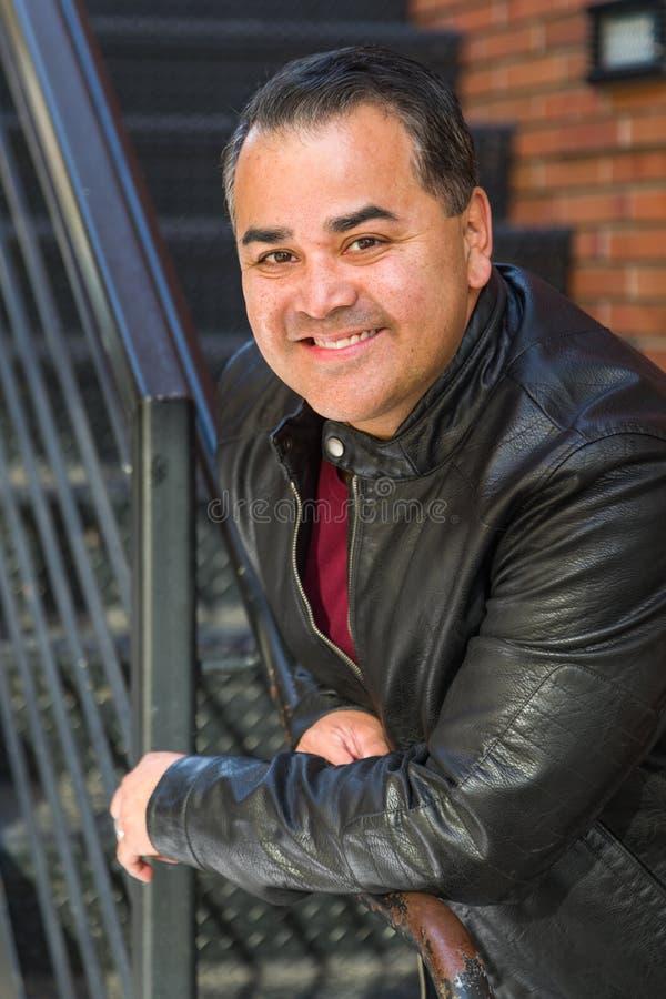 Headshotstående av den stiliga latinamerikanska mannen royaltyfria bilder