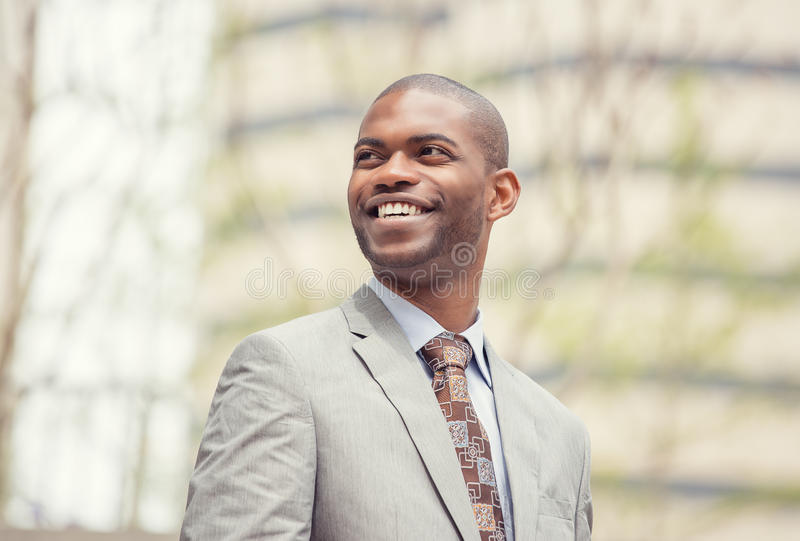Headshotstående av den unga yrkesmässiga mannen som ler att skratta arkivbilder