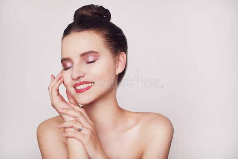 Headshotstående av lyckligt ljust rödbrun le för flicka Den lyckliga gladlynta unga kvinnan med perfekt tänder och rengöringhud l royaltyfri foto