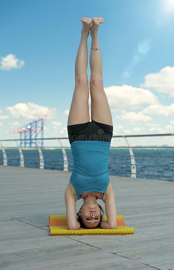 Headstand στο υπόβαθρο θάλασσας στοκ φωτογραφίες