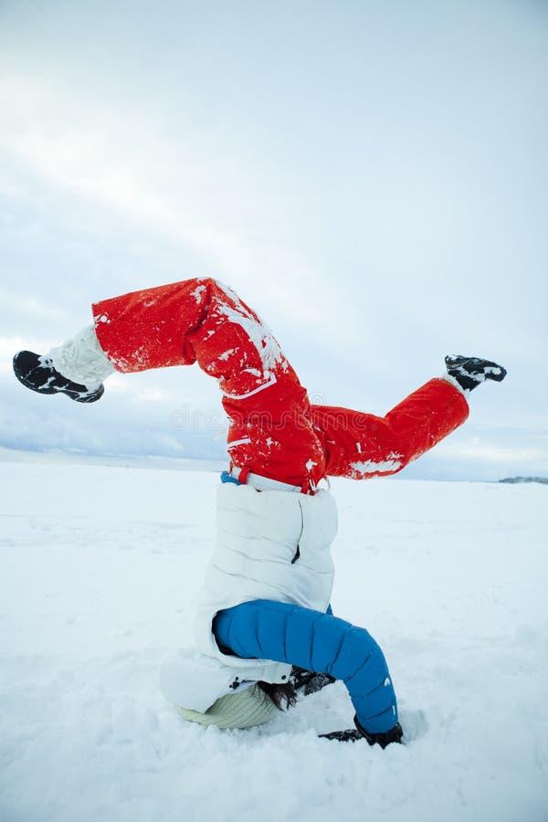 Headstand en invierno imágenes de archivo libres de regalías