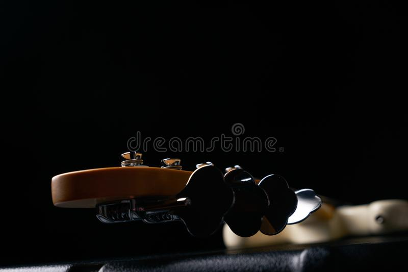 Headstock bonde da guitarra-baixo na caixa dura de couro preta fotografia de stock