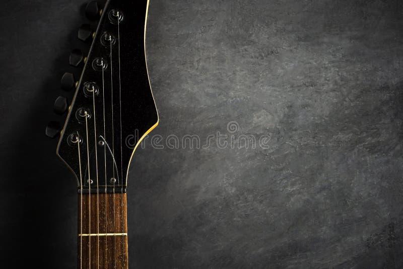 Headstock da guitarra elétrica preta no assoalho imagem de stock