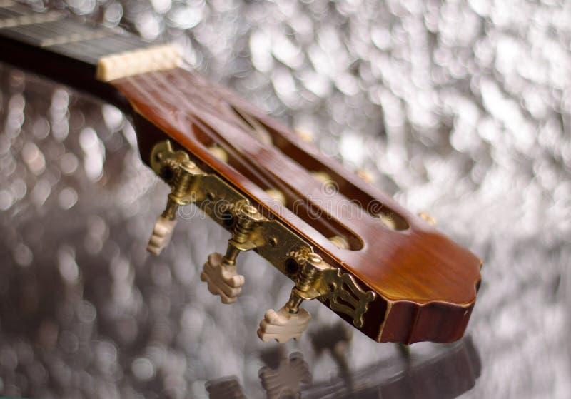 Headstock da guitarra no fundo de prata fotos de stock royalty free