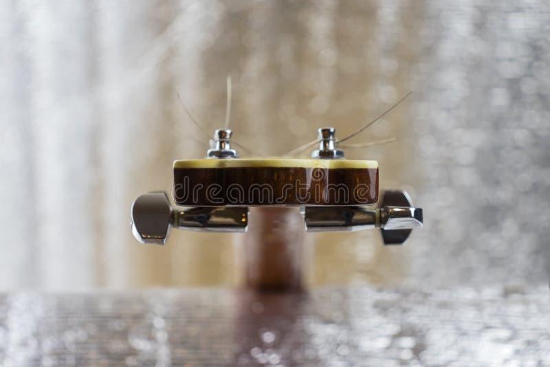 Headstock de uma guitarra clássica sobre o fundo de prata imagem de stock