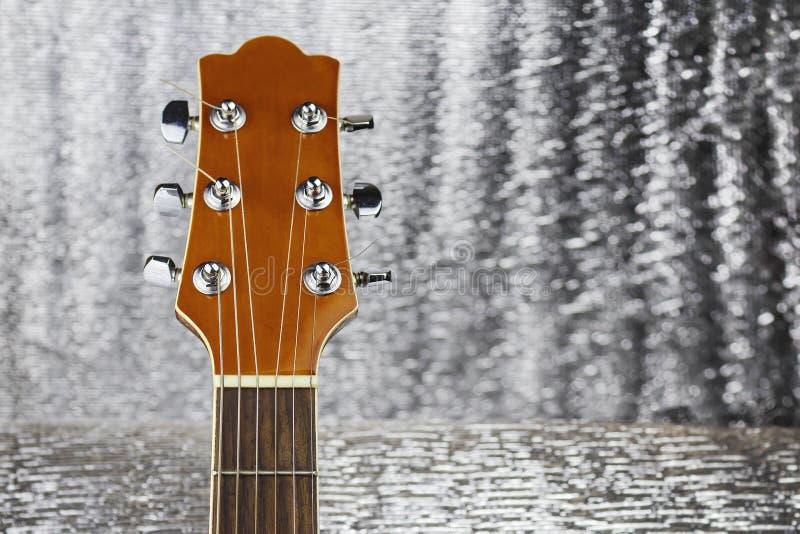 Headstock de uma guitarra clássica sobre o fundo de prata foto de stock royalty free
