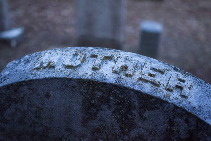 Headstone met het woord Moeder gegrift, op een oude gedelapideerde uitziende begraafplaats op een grijze duistere dag in Upstate  royalty-vrije stock afbeeldingen