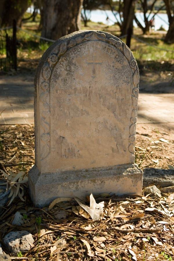 Headstone velho no cemitério imagens de stock royalty free