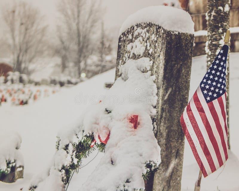 Headstone w ?niegu z flag? zdjęcie stock
