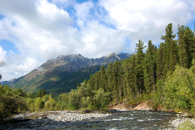 Headwaters του ποταμού βουνών και του εκλείψας ηφαιστείου στοκ φωτογραφία με δικαίωμα ελεύθερης χρήσης