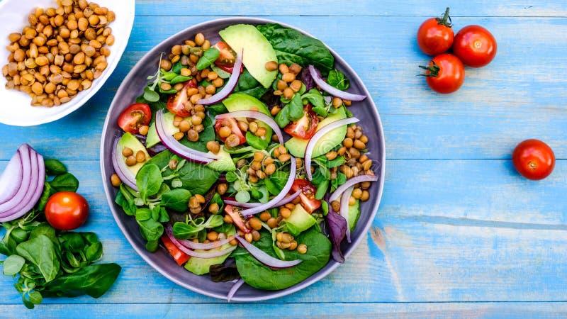 Healthy Avocado en Lentil Salad stock afbeeldingen