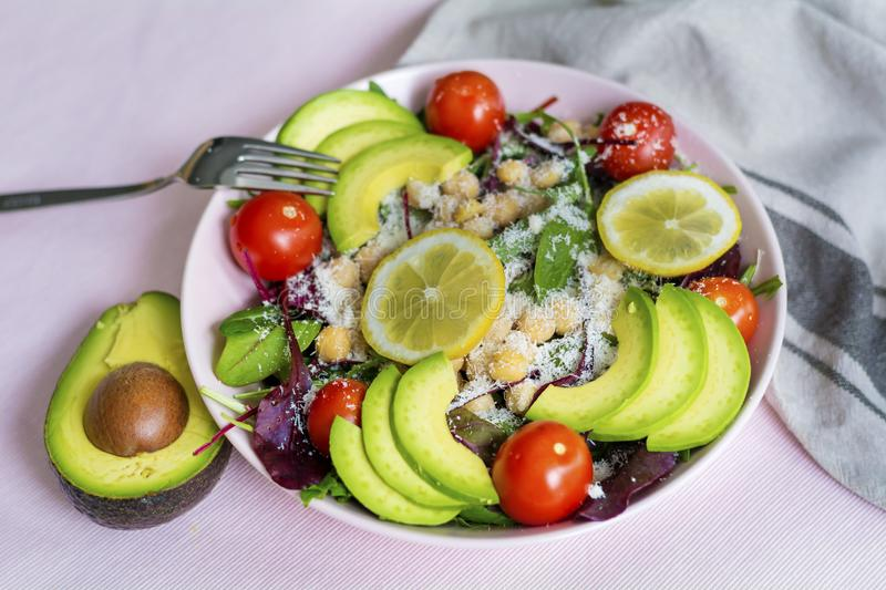 Healthy Spinach Salad with Chickpeas,Avocado and Cherry Tomatoes royalty free stock photos