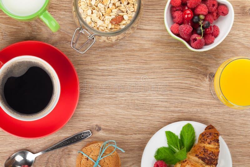 Healty-Frühstück mit muesli, Beeren, Orangensaft, Kaffee und stockfoto