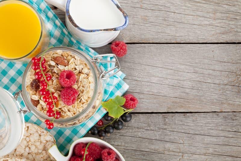Healty-Frühstück mit muesli, Beeren und Orangensaft stockfoto