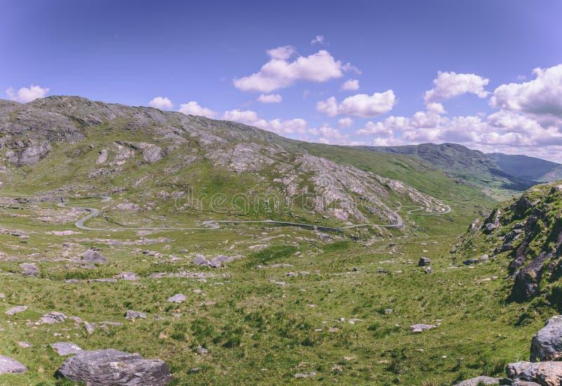 Healy Pass, un enroulement d'itinéraire de 12 kilomètres par les régions limitrophes du liège du comté et du comté Kerry en Irlan photo libre de droits