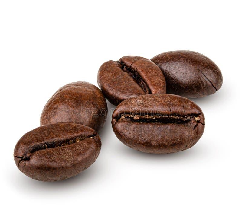 Heap de grãos de café isolado em fundo branco fotografia de stock royalty free