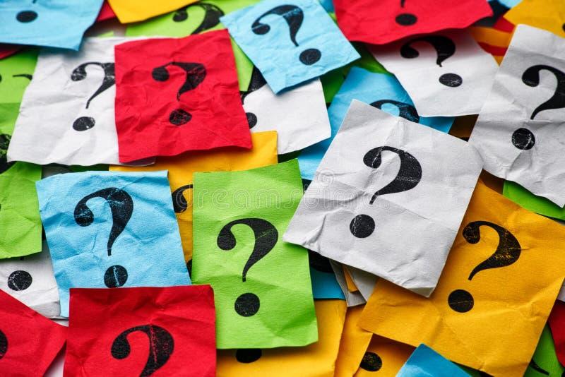 Heap di note colorate di carta con punti interrogativi immagini stock