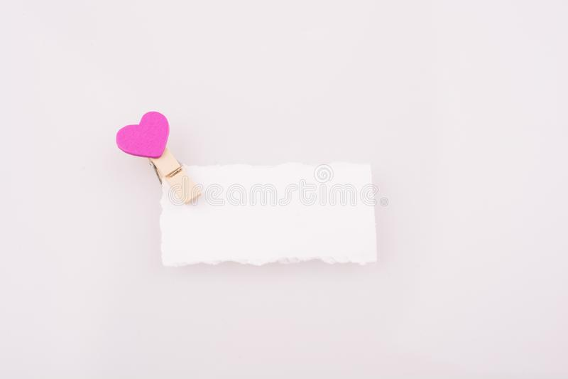 Hearted klem op een document stock afbeeldingen