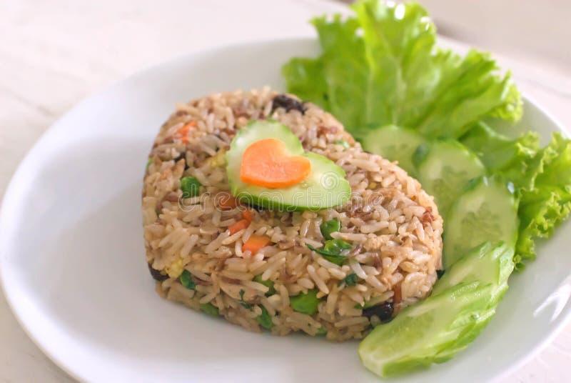 Hearted vorm van gebraden rijst stock afbeelding