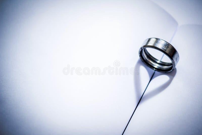 Heartshadow avec des anneaux sur un milieu de livre image stock