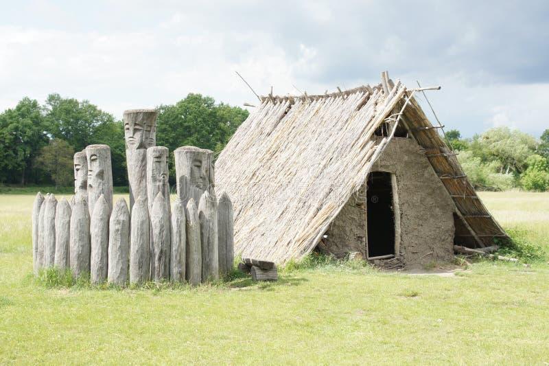 Heathen szanta - budujący stronniczo w ziemi, Pohansko, Czeski republika zdjęcie stock