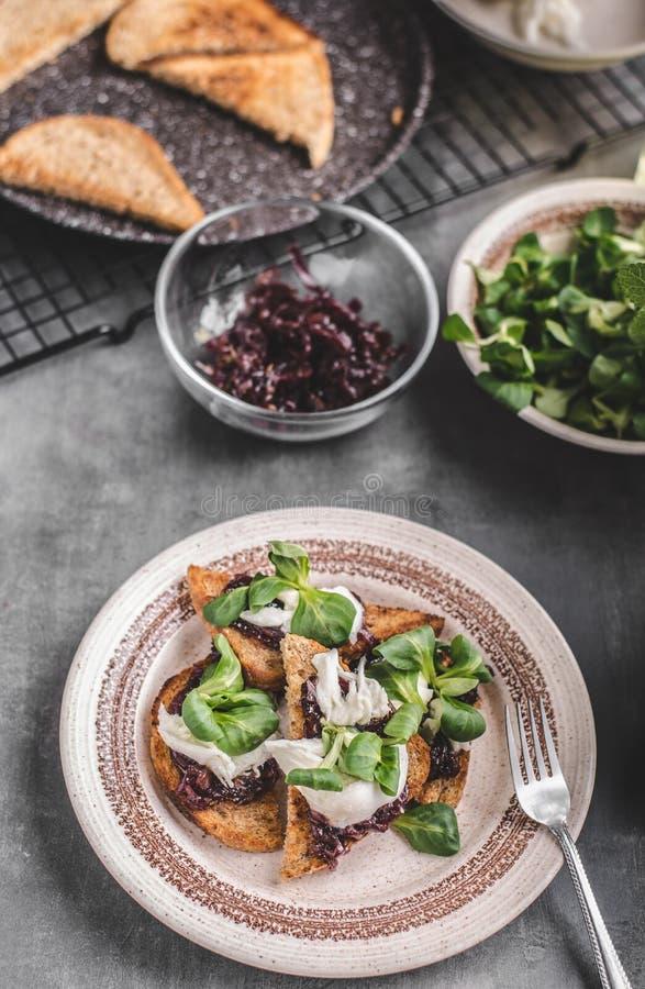 Heatly-Lebensmitteltoast mit Zwiebel und Mozzarella lizenzfreie stockbilder