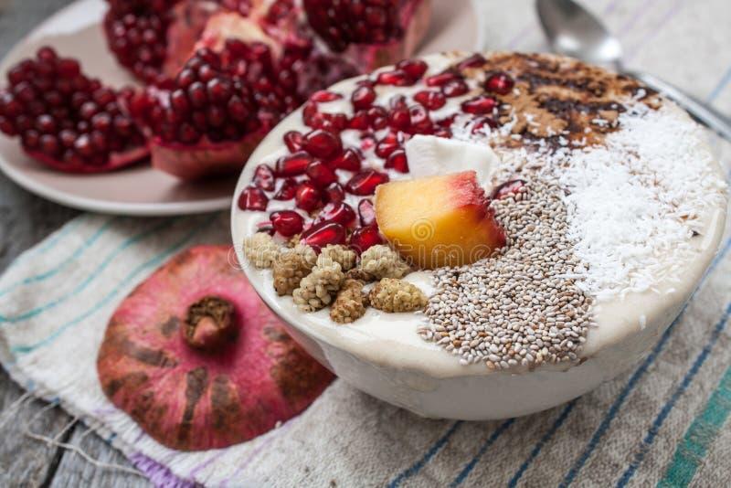 Heaveganbanaan smoothie met granaatappel, moerbeiboom, kokosnoot, Chia, johannesbrood Het ruwe voedsel van de fruitenergie stock foto