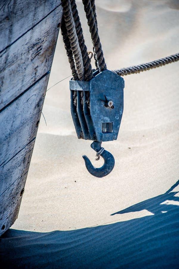 Heavy Duty Rigging Cables Hak na łodzi na plaży zdjęcie royalty free
