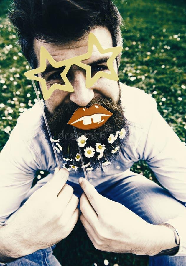 Heb een aardige dag Hipster met baard op vrolijk gezicht, die met ster gevormde glazen en lippen stellen De kerel kijkt keurig me stock afbeelding