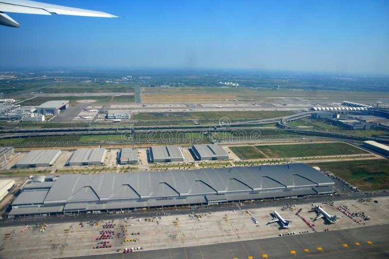 Heb een vogelperspectief van de luchthaven van Bangkok stock foto's